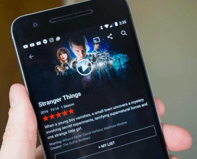 Smartphones mobilisés pour regarder des séries à succès Netflix.